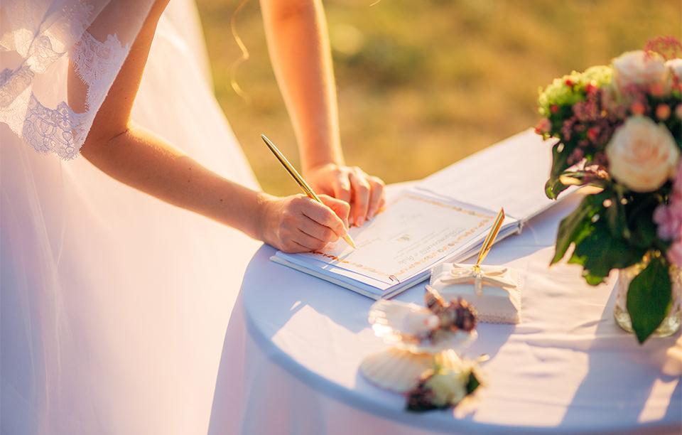 手作りも人気! 挙式でも使われる「結婚証明書」の魅力