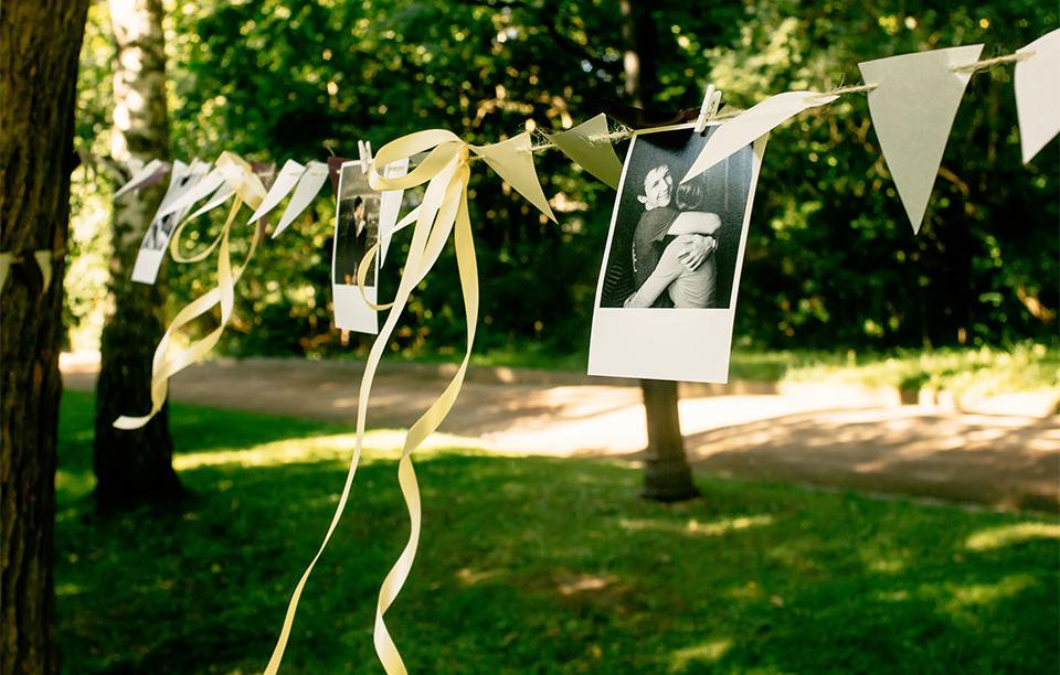 もはや定番! 結婚式を彩る「タッセルガーランド」演出例